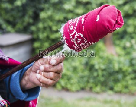 cotone di filatura della donna anziana