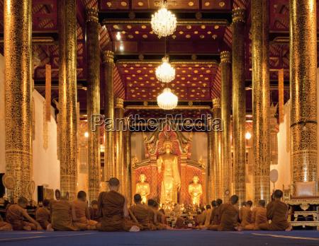 monaci in sessione al tempio di