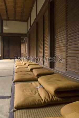 riga dei cuscini di meditazione in