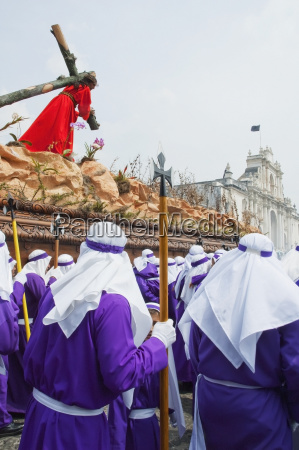 men carrying the anda float of