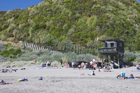 le persone sulla spiaggia si relaxano