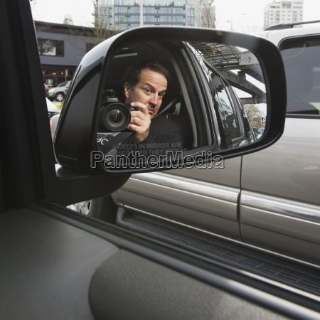 un uomo con la sua macchina