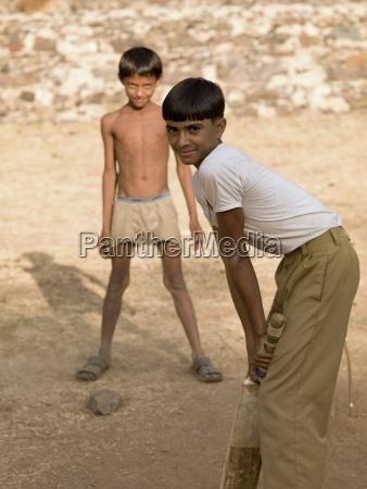 due ragazzi che giocano a cricket