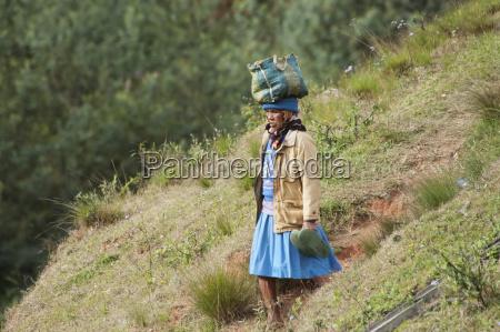 donna sulla pianura di anjiro provincia