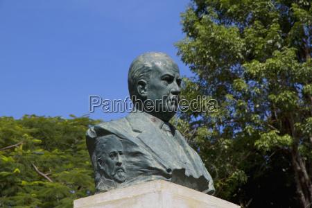 statue in the plaza de la