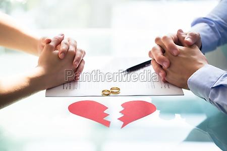 la mano della coppia sulla carta