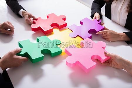 gruppo di uomini daffari risolvere puzzle