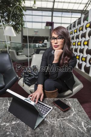 donna telefono caffe ristorante bicchiere tastiera