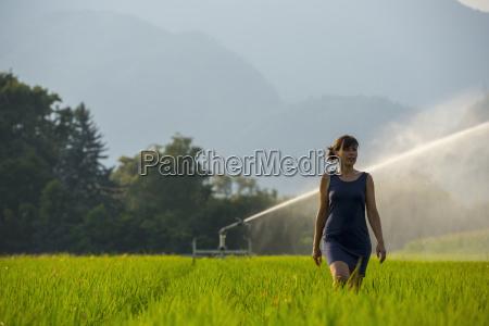 donna donne andare viaggio viaggiare agricolo
