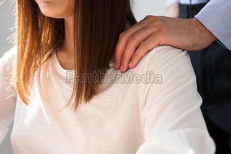 uomo daffari sessualmente molestare donna collega