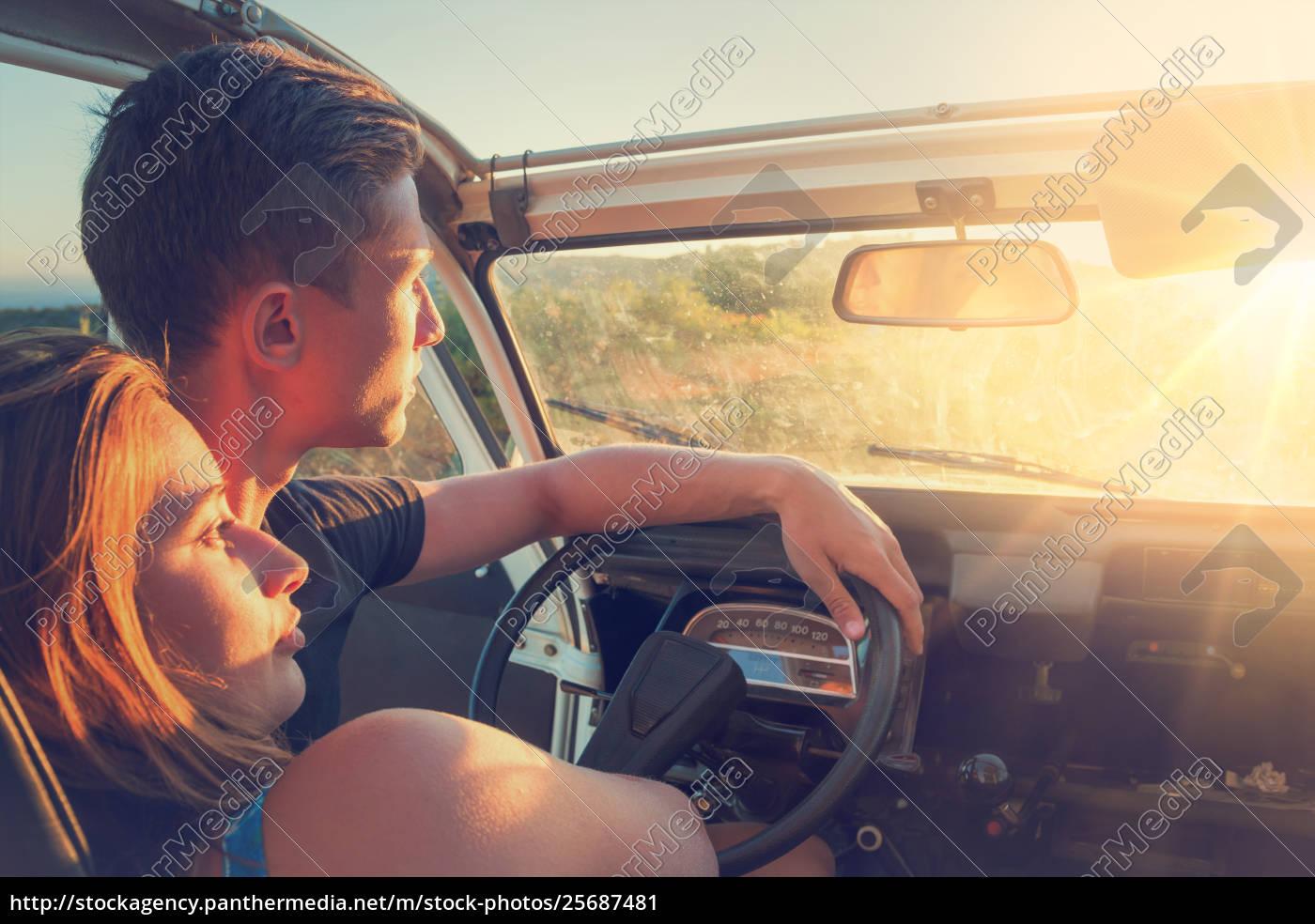 coppia, in, auto, al, tramonto - 25687481