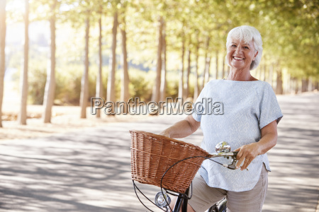 ritratto di sorridente senior donna in