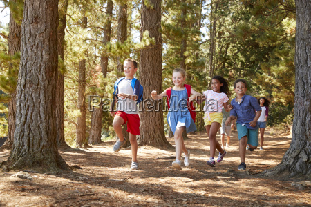 i bambini che corrono davanti ai