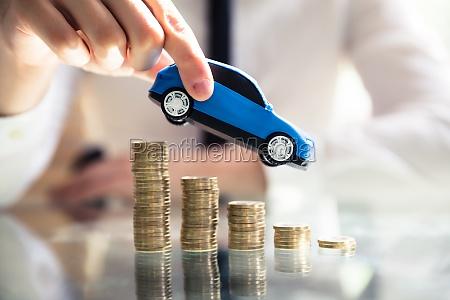 persona volante auto sopra declino monete