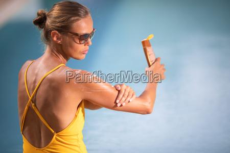 concetto crema solare pretty giovane donna