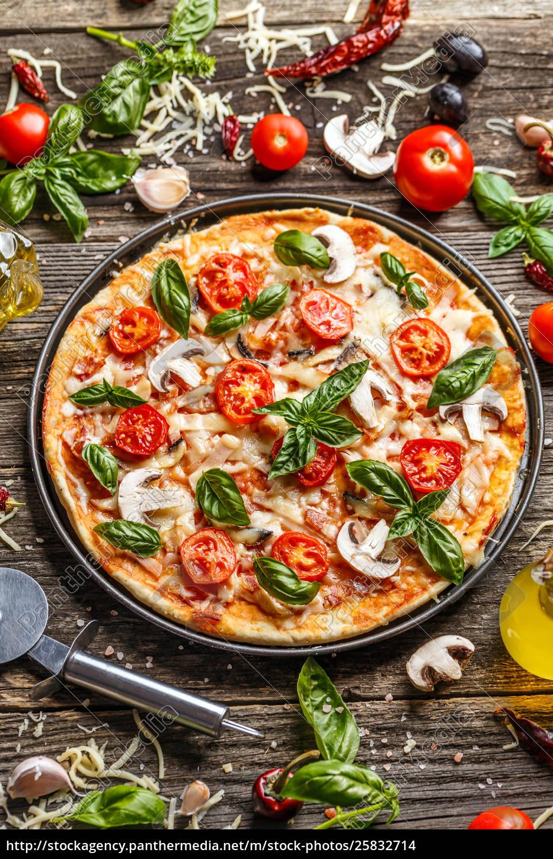 pizza, decorata, con, foglie, di, basilico - 25832714