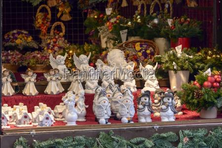 piccole statue vintage al mercato di