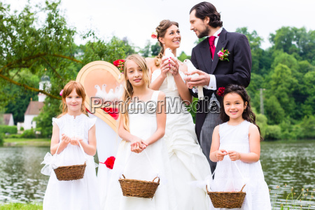 coppia di nozze e fiori bambini