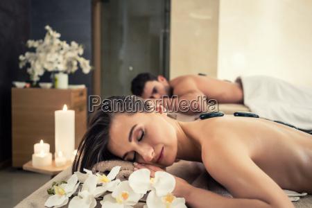 giovane coppia rilassante sotto gli effetti