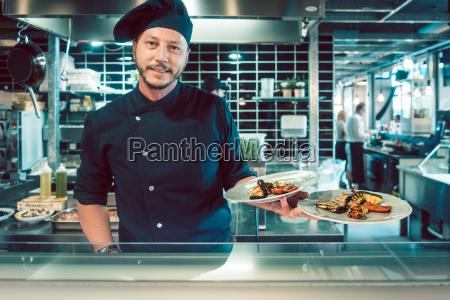 ritratto di un maestro chef fiducioso