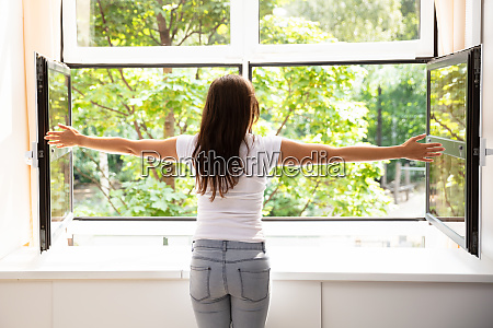 donna persona guardare osservare al coperto