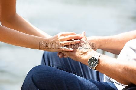 donna che tiene la mano di
