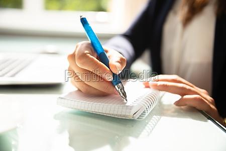 donna portatile computer scrivere tipografia affare