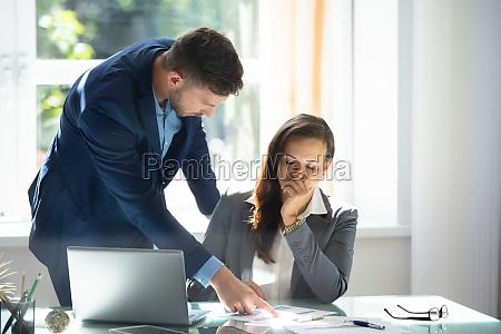 impiegato femminile triste di explaining graph