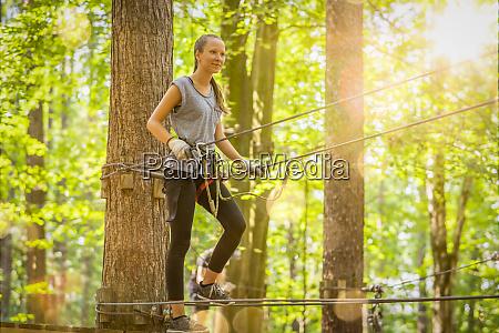 giovane ragazza bionda si arrampica in