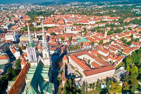 vista aerea della cattedrale e del