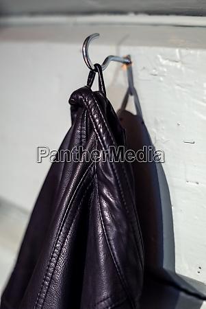 una giacca maschile di pelle nera