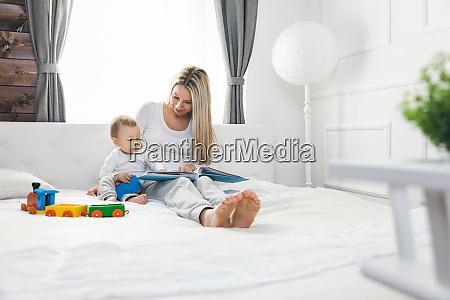 educazione dei bambini felice madre con