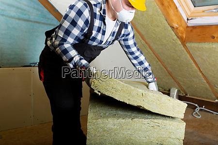 uomo linstallazione di strato isolante tetto