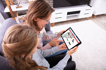 madre e figlia shopping online su