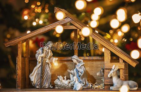 scena di christmas manger con figurine
