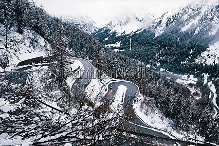 strada curva in montagna