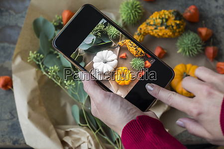 decorazione autunnale zucche ornamentali donna che