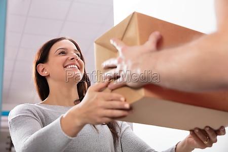 uomo di consegna dare scatola a