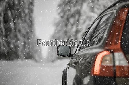 auto su una strada invernale innevata
