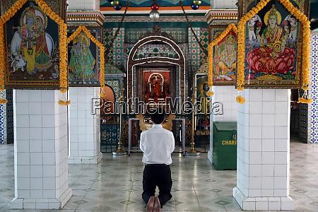 worshipper praying sri thenday yutthapani temple