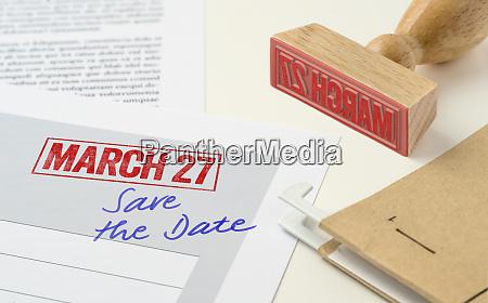 un timbro rosso su un documento