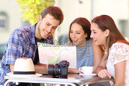 tre turisti che pianificano un viaggio