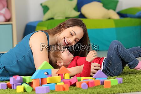 madre o tata che gioca con