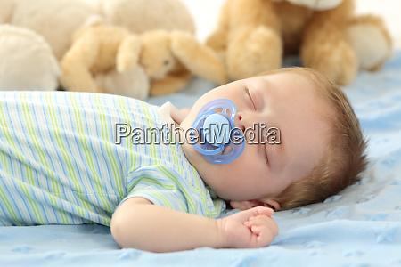 bambino che dorme con un ciuccio