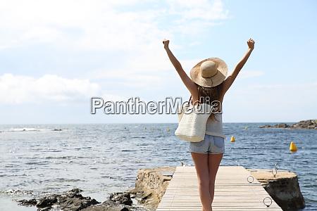 singolo turista alzando le braccia in