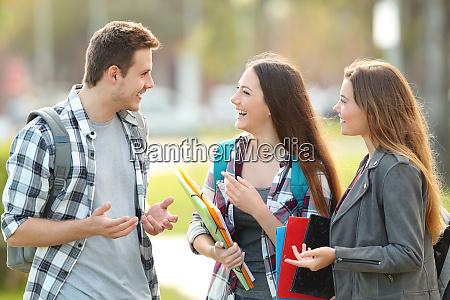 tre studenti parlano per strada