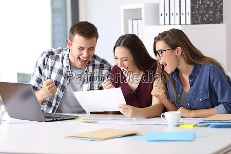 lavoratori entusiasti che leggono un buon