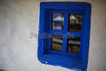 finestra blu su una vecchia casa