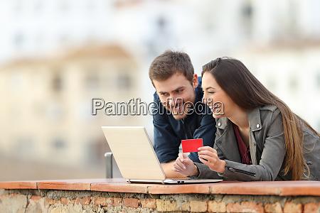 coppia felice pagare online con carta