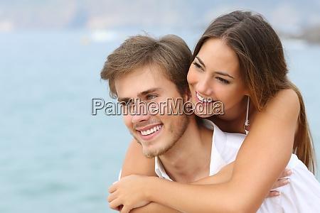 coppia felice innamorato con sorriso perfetto